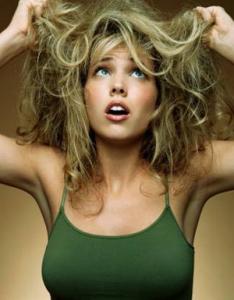 Kudrnaté vlasy po ránu můžou být hotovým peklem.